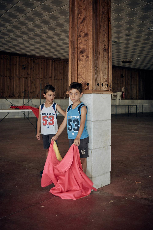 Novilleros    Matadores de Toros  sind in Spanien hoch angesehen – ein Traumberuf vieler junger Männer und Frauen. Obwohl man in Spanien seinen ersten öffentlichen Kampf erst mit 16 Jahren antreten darf, fangen sie früh an zu trainieren.