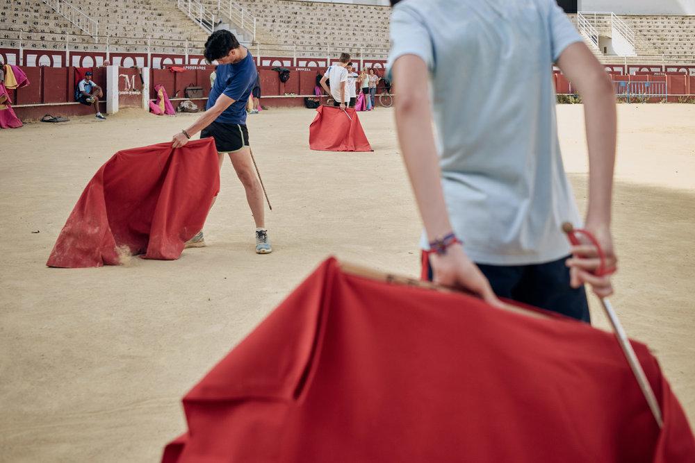 Novilleros   Die einstudierten Bewegungsabläufe sind für die Stierkämpfer überlebenswichtig. Das Führen der  Muleta , dem scharlachroten Tuch, zusammen mit der  Espada , dem Degen, wird wieder und wieder geübt.