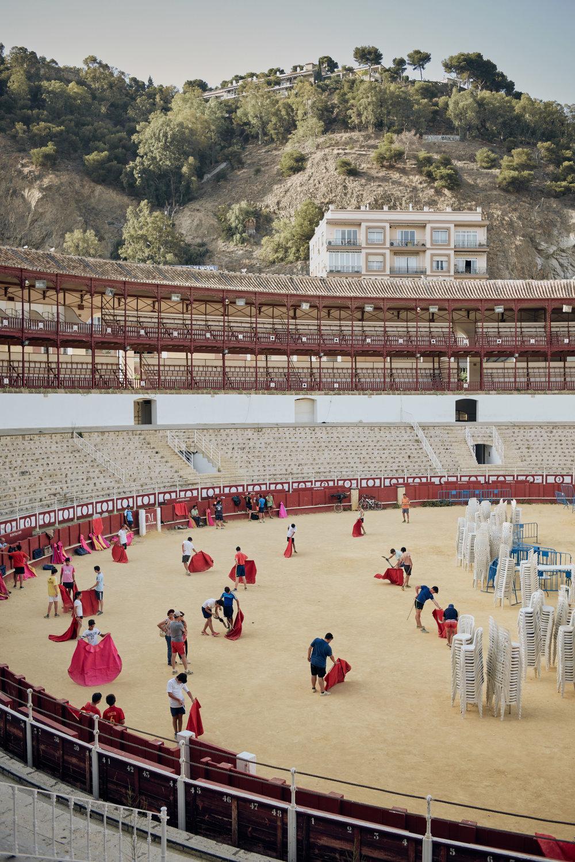 Novilleros   Málaga in Südspanien. Die Arena am  Plaza de toros de La Malagueta  von 1874 ist eine der größten des Stierkampflandes. Abends finden hier Konzerte oder traditionelle Stierkämpfe statt. Tagsüber trainieren hier die Jungstierkämpfer für den blutigen Kampf, der sie zu etwas Besonderem in der spanischen Gesellschaft werden lässt.