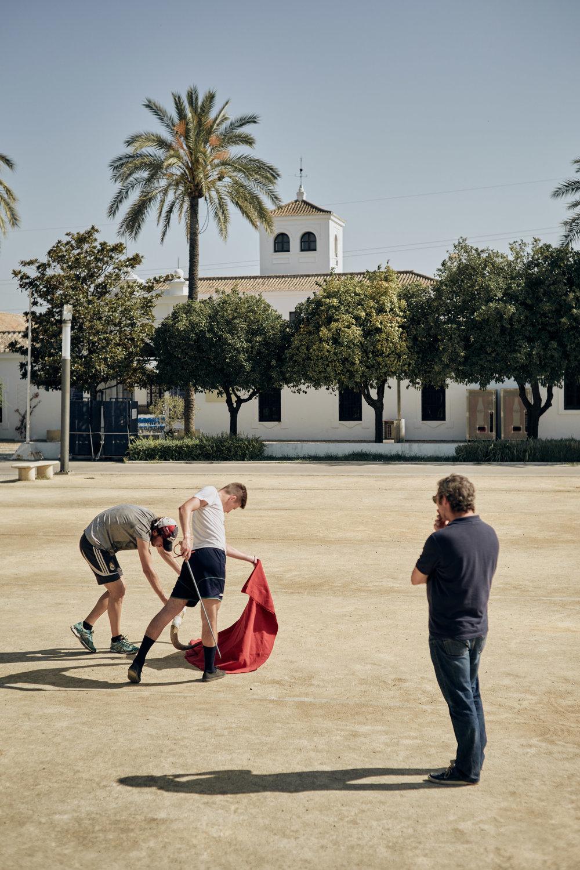 Novilleros   Steht keine Trainingshalle zur Verfügung, werden öffentliche Parks, Plätze oder der private Hinterhof zur Arena. Die tänzerischen Techniken, mit denen der Stier geführt wird, sind Jahrhunderte alt und werden von ehemaligen  Matadores de Toros  an die  Novilleros  weiter getragen.