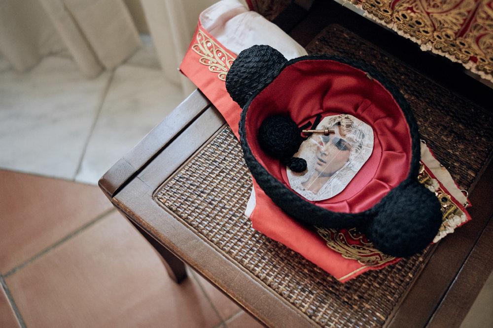 Novilleros   In der  Montera , der schwarzen Kopfbedeckung eines Toreros, bewahrt jeder Stierkämpfer Fotos Heiliger und geliebter Menschen auf, wie hier die  Virgen de la Esperanza .