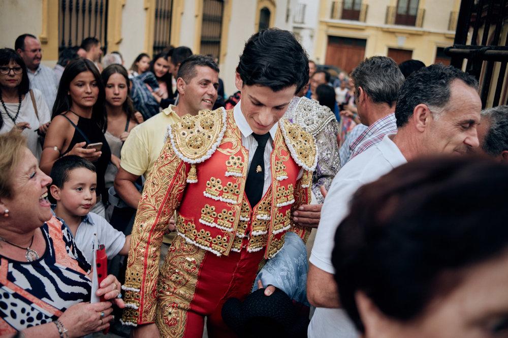 Novilleros   Am Hintereingang des  Plaza de Toros de la Maestranza , der Stierkampfarena in Sevilla, warten Fans und Anhänger. Bereits Jungstierkämpfer werden mitunter gefeiert wie Popstars.