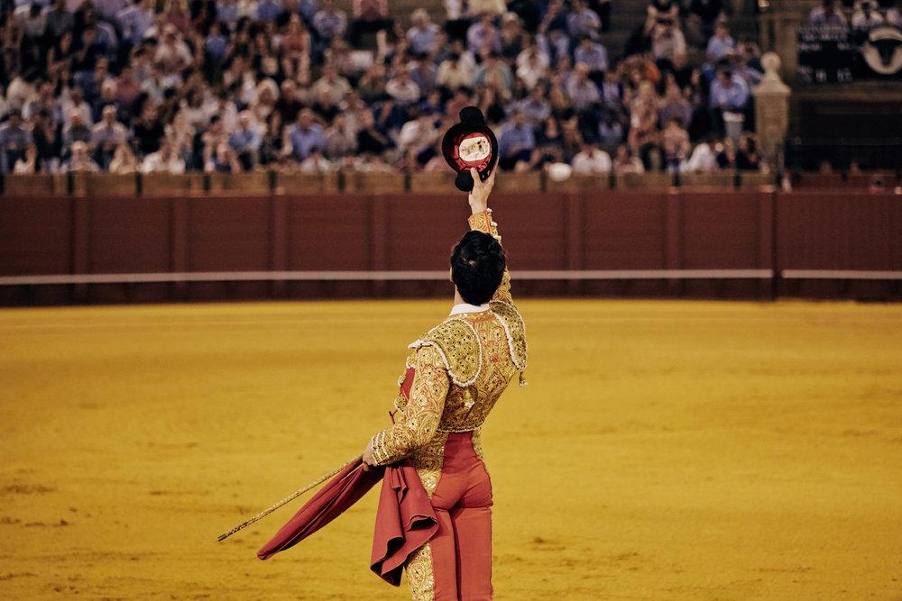 Novilleros   Vor dem Kampf widmet der Torero den Tod des Stieres seinem Publikum. Dafür hebt er die  Montera  und wirft sie anschließend hinter sich in den Sand. Zeigt die Öffnung nach unten, symbolisiert dies Glück.