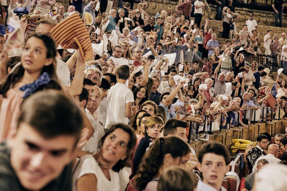 Novilleros   Empfindet das Publikum den Kampf als herausragend, schwingt es ein weißes Tuch. Anhand dieser Reaktion entscheidet der Präsident der Arena über die Auszeichnung des Toreros.  Die höchste und seltenste Ehrung ist, mit abgeschnittenem Schwanz und Ohr des Stieres durch das Haupttor der Arena nach draußen zu stolzieren.