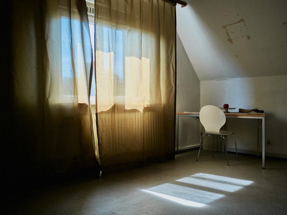 Tod im Paradies   An das Playboy-Poster erinnern in Meharis früherem Wohnzimmer nur noch Klebereste. Heute wohnt dort eine Familie.