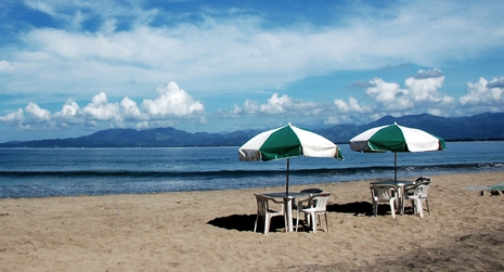 umbrellas-at-beach-1361365-639x414.jpg