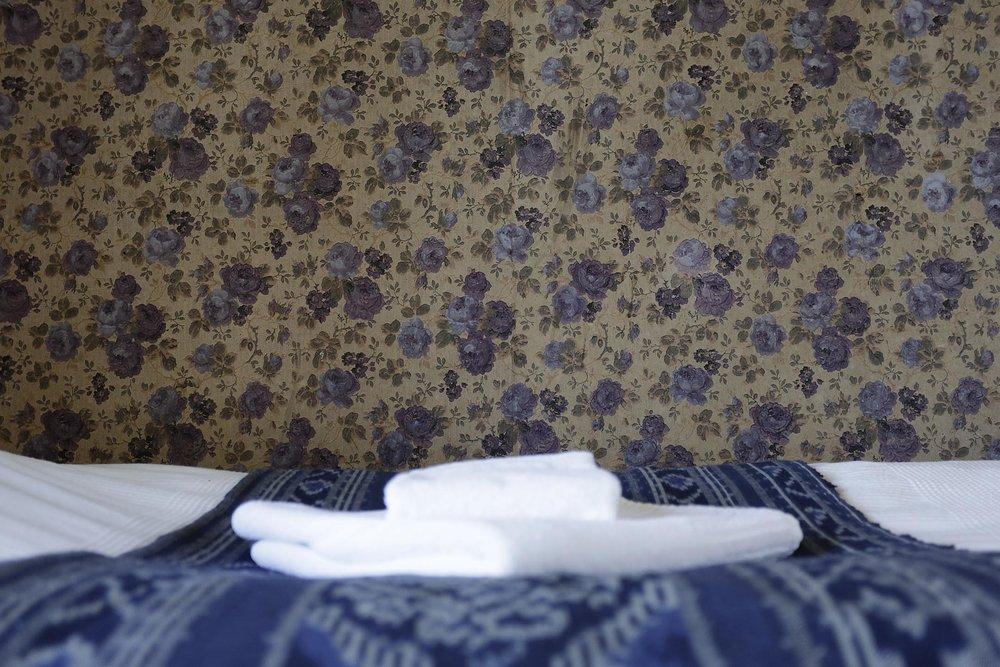 Huone 6 ja 8: jaettu kylppäri, kauniit näköalat peltomaisemaan, omat sängyt, huoneella oma terassi