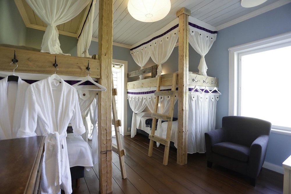 Huone 3: oma vessa, jaettu tilava 4 suihkun kylppäri, terassi, kauniit näköalat peltomaisemaan, neljä sänkyä.