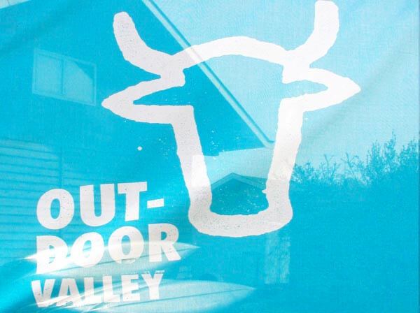 outdoorvalley-logo-blauw-wit