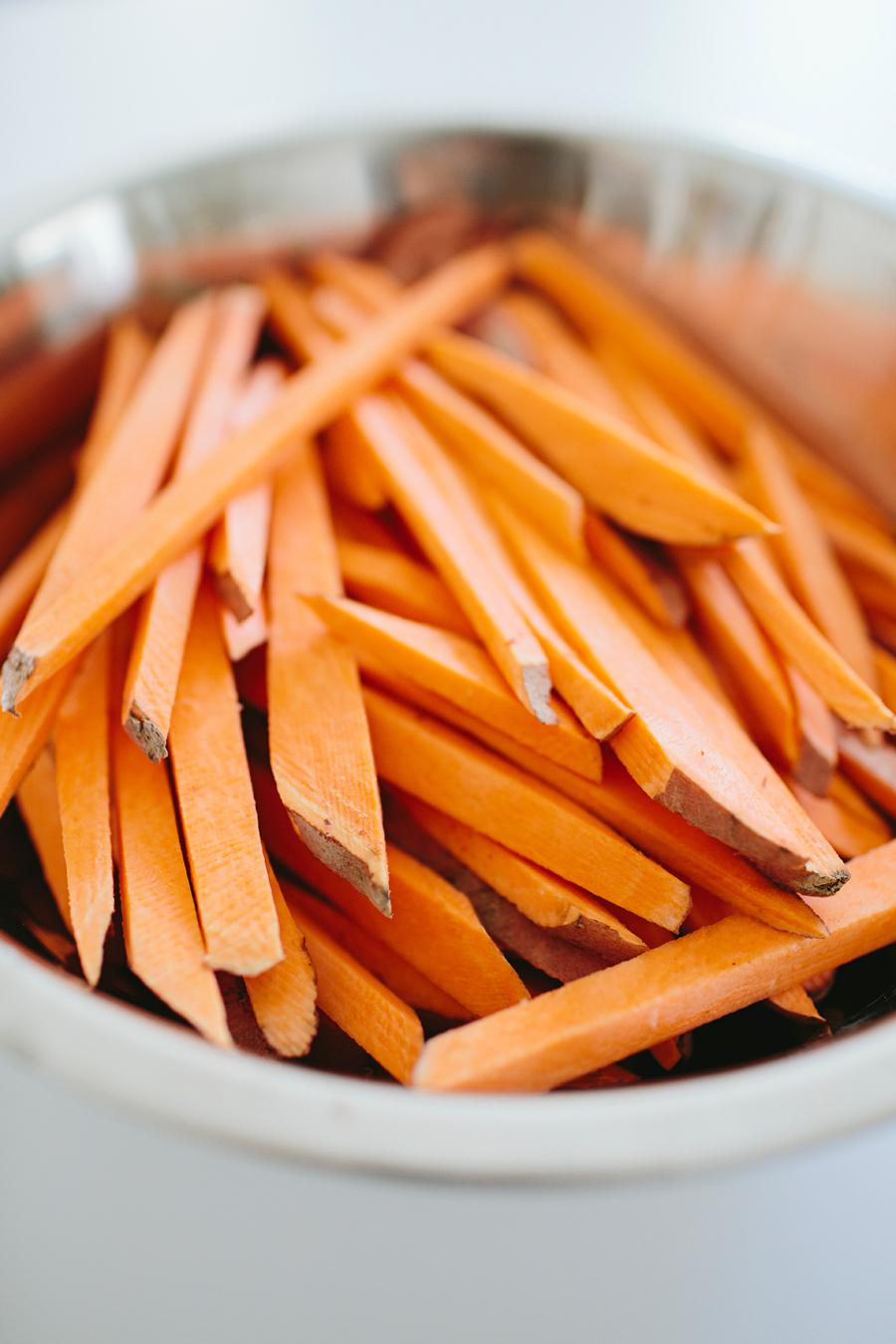 brookecourtney_sweetpotatofries_ovenbaked_frysauce-3.jpg