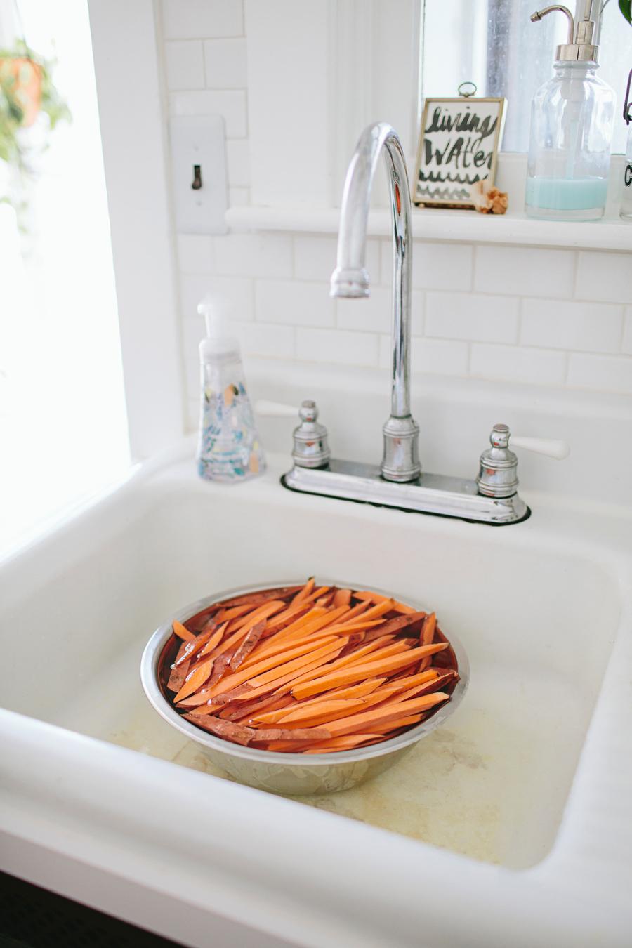 brookecourtney_sweetpotatofries_ovenbaked_frysauce-5.jpg