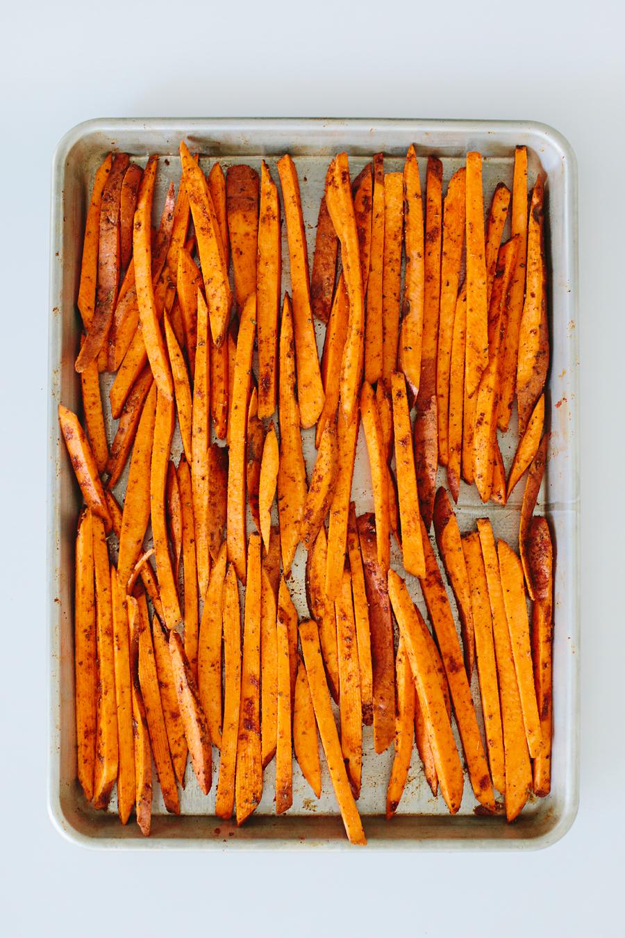 brookecourtney_sweetpotatofries_ovenbaked_frysauce-10.jpg