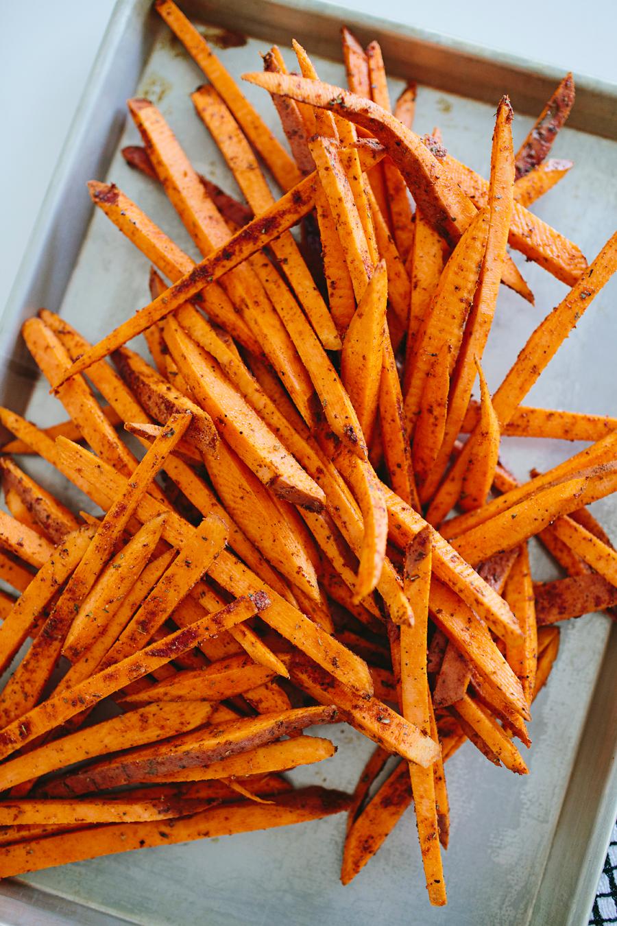 brookecourtney_sweetpotatofries_ovenbaked_frysauce-7.jpg