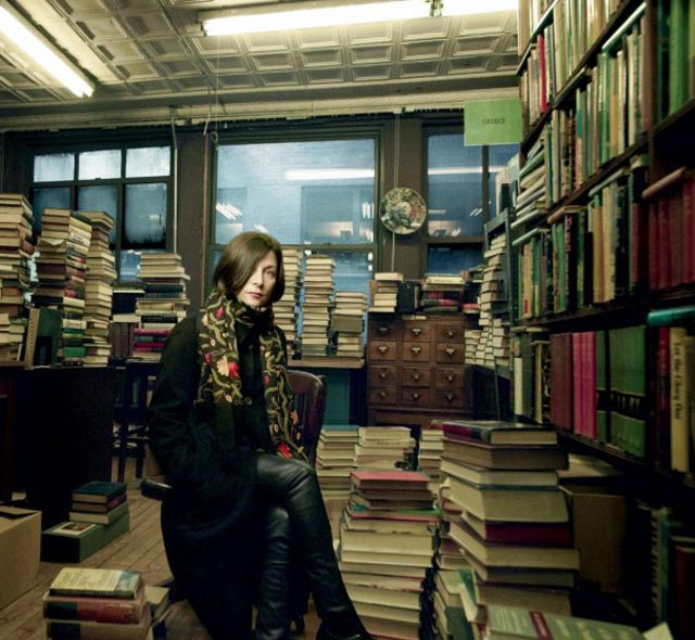 DONNA TARTT PHOTOGRAPHED AT THE ARGOSY BOOKSTORE IN NEW YORK/ CREDIT: ANNIE LEIBOVITZ