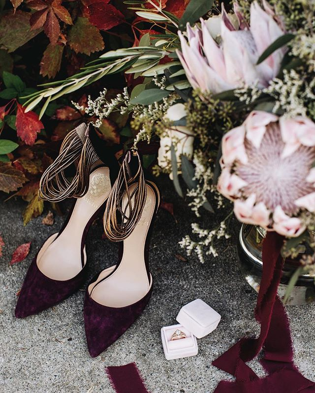 Loving the fall colors scattered throughout Autumn + Conor's wedding day! Give me Marsala colored everything, gorgeous bouquets plus fall foliage + I'll be the happiest photographer around!⠀ .⠀ .⠀ .⠀ #weddingdecor #weddingdetails #weddingflowers #designisinthedetails #loveintentionally #greenweddingshoes #catebethphotography #bayareaweddingphotographer #sacramentoweddingphotographer #sanfranciscoweddingphotographer