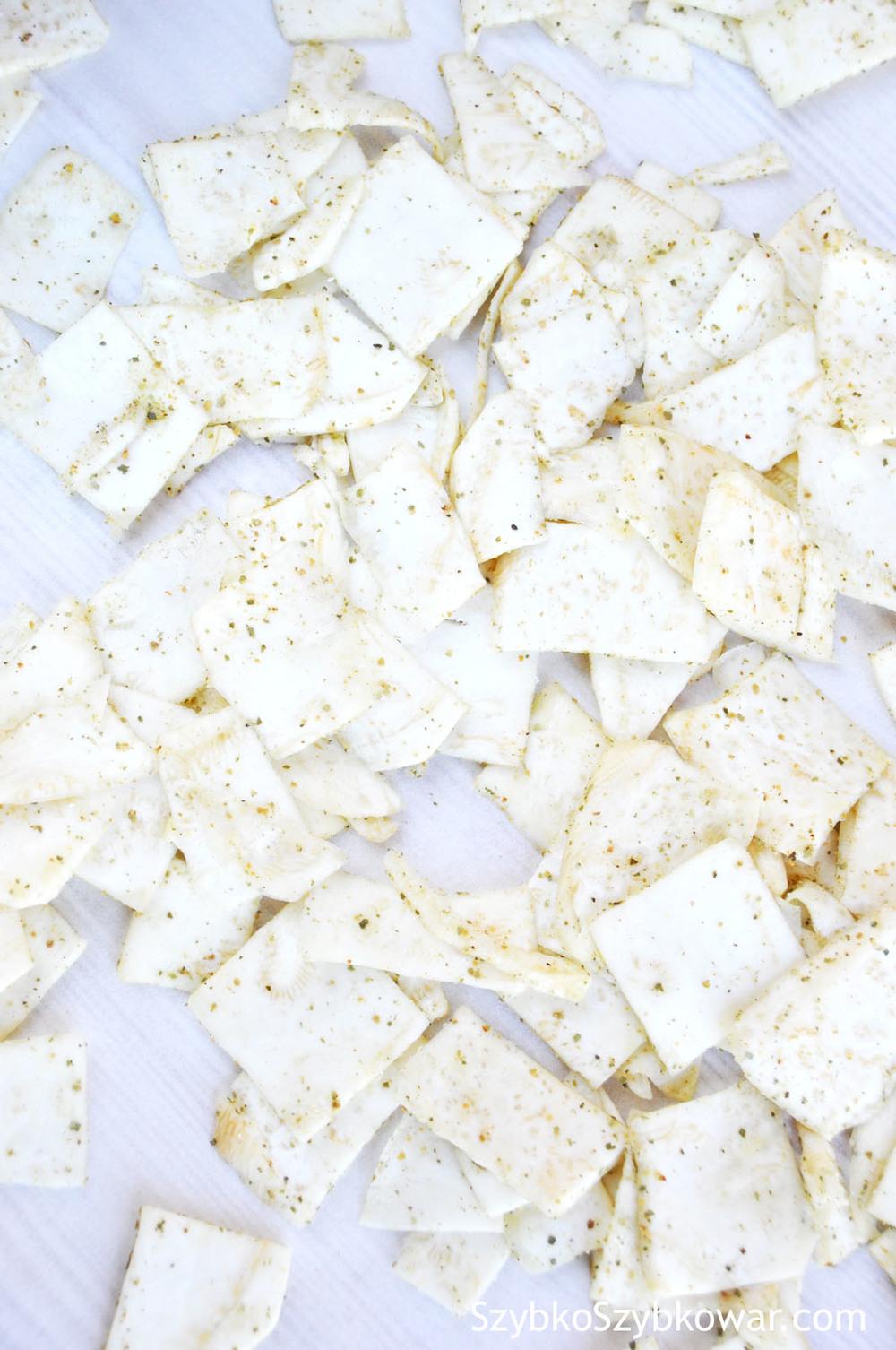 Chipsy selerowe przed pieczeniem.