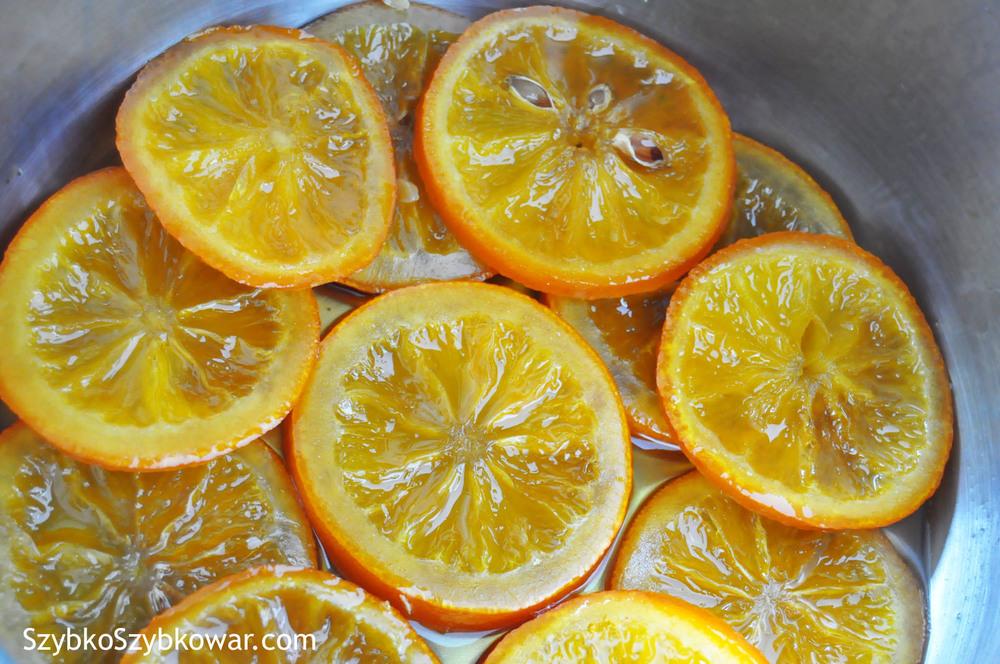 Plastry pomarańczy zaraz po ugotowaniu. Wyglądają pięknie, Ich tekstura nie została w ogóle naruszona, Na dnie jest jeszcze syrop, nie za gęsty. Po dodatkowych 5 min. gotowania zgęstnieje (patrz zdjęcie obok), Większość syropu osiądzie na owocach nadając im soczystej, pomarańczowej barwy.