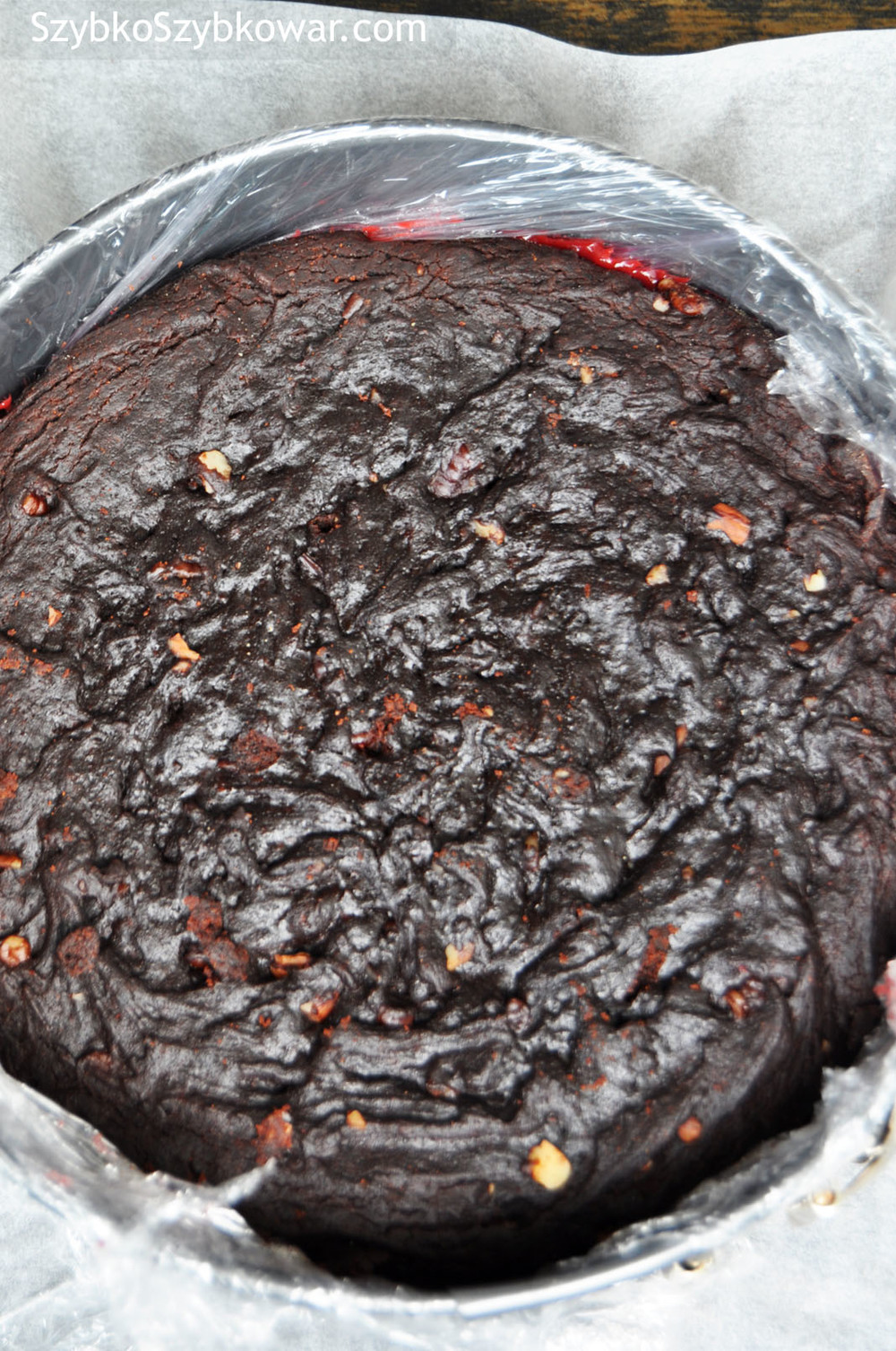 Na wylaną galaretkę ułóż wierzchni blat ciasta.