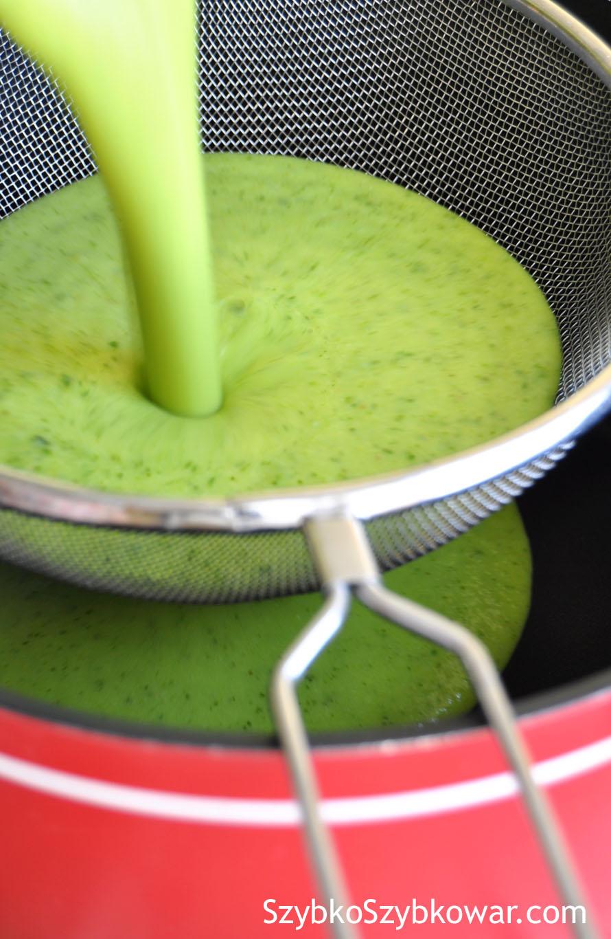 Zmiksowana zupa przelana na sitko i ...
