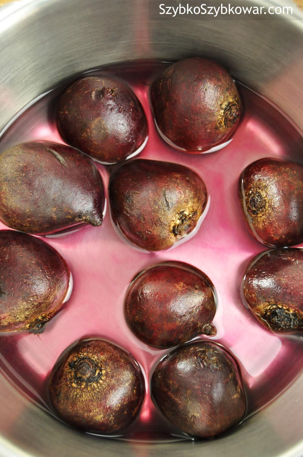 Buraczki (60 g - 70g): wyszorowane, zalane zimną wodą i gotowe do gotowania.