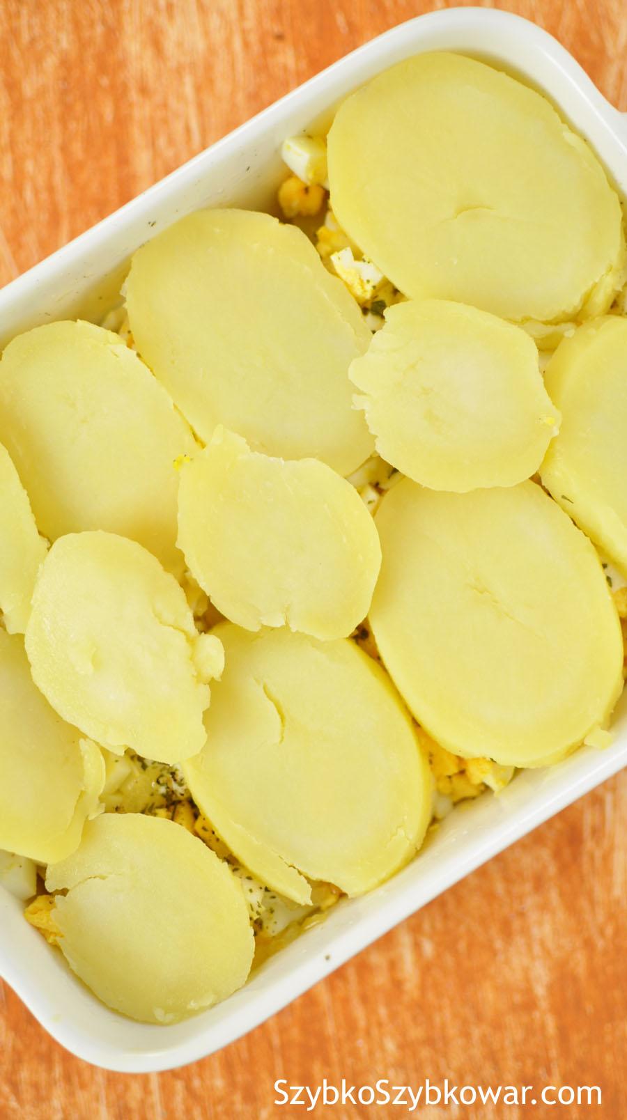 Ułóż ostatnią warstwę z plastrów ziemniaków.