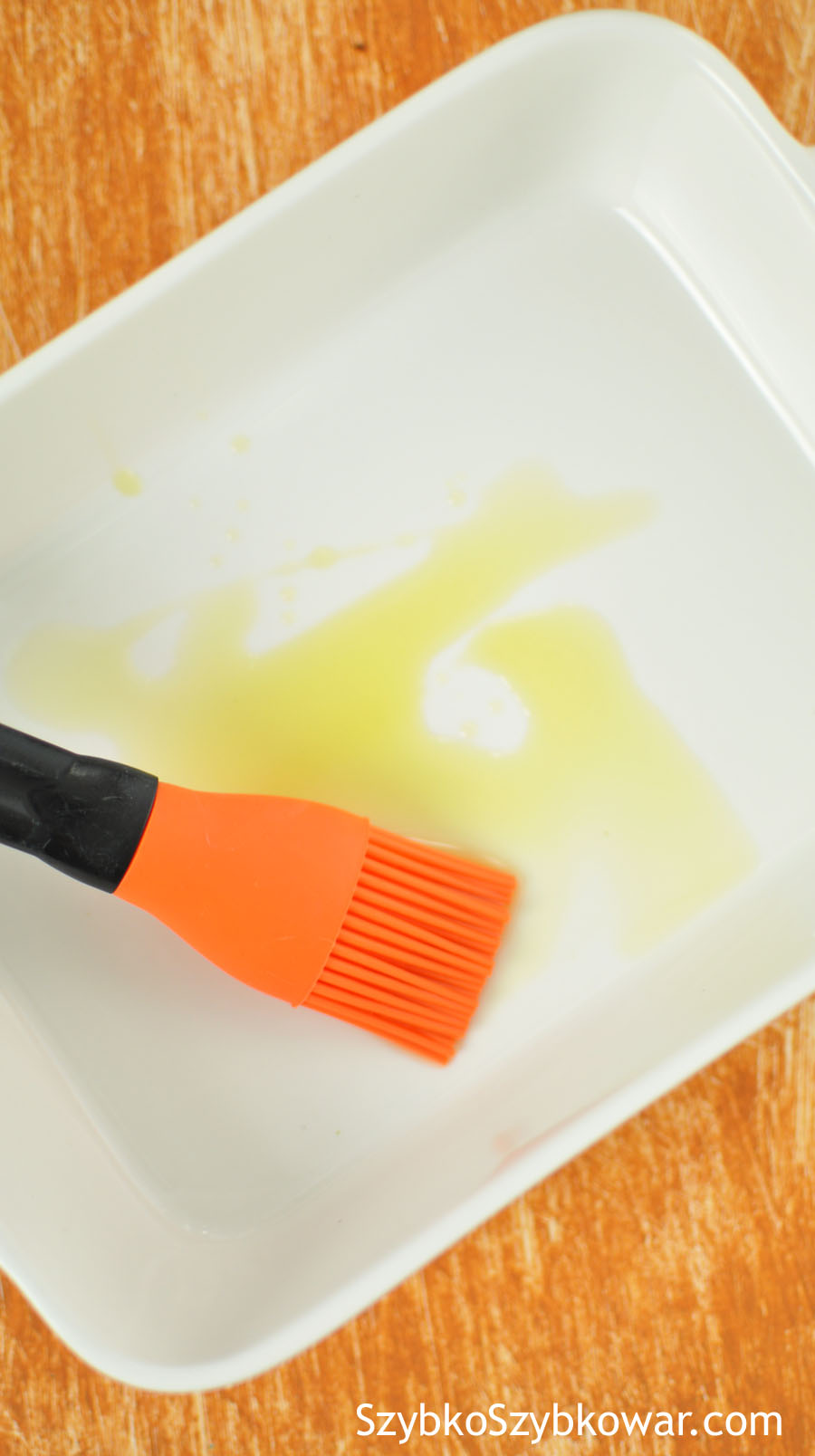 Natłuść całą foremkę oliwą.