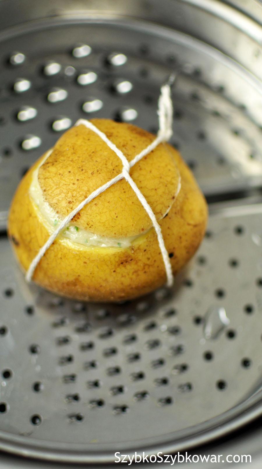 Gotowe ziemniaki ułóż na koszyczku.