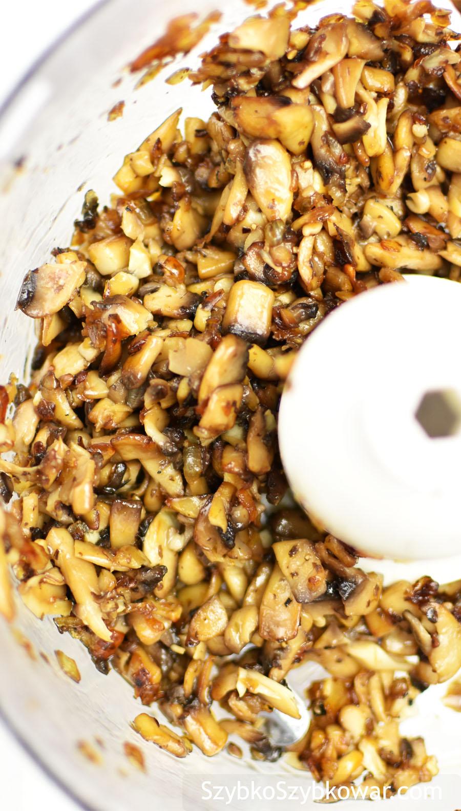 Nieznacznie rozdrobione grzybki z cebulką,