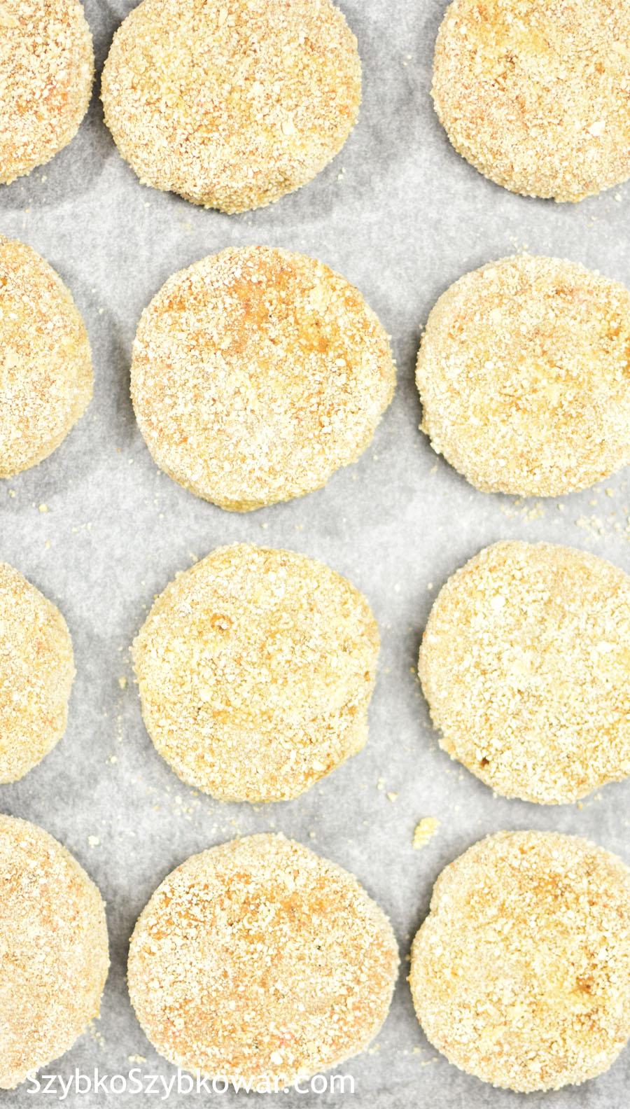 Uformowane kotleciki w panierce z jajka i bułki.