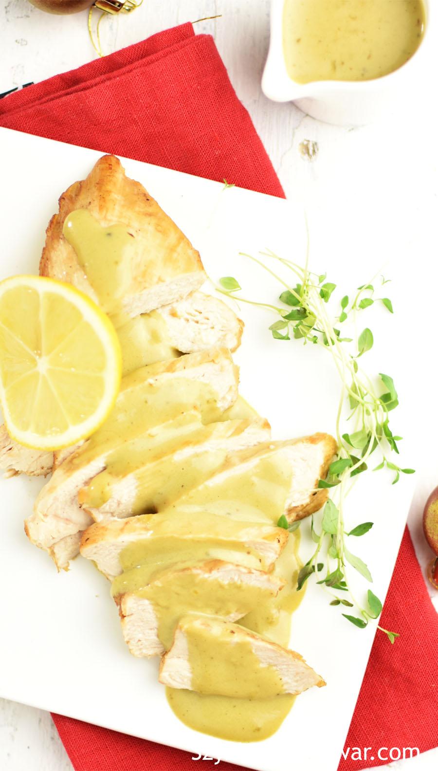 Filet drobiowy pokrojony w plasterki i polany sosem.
