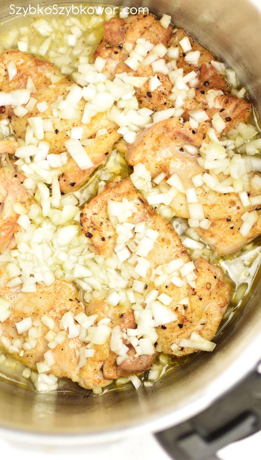 Wierzch udek posyp pokrojoną cebulą. Dolej wodę i gotuj.