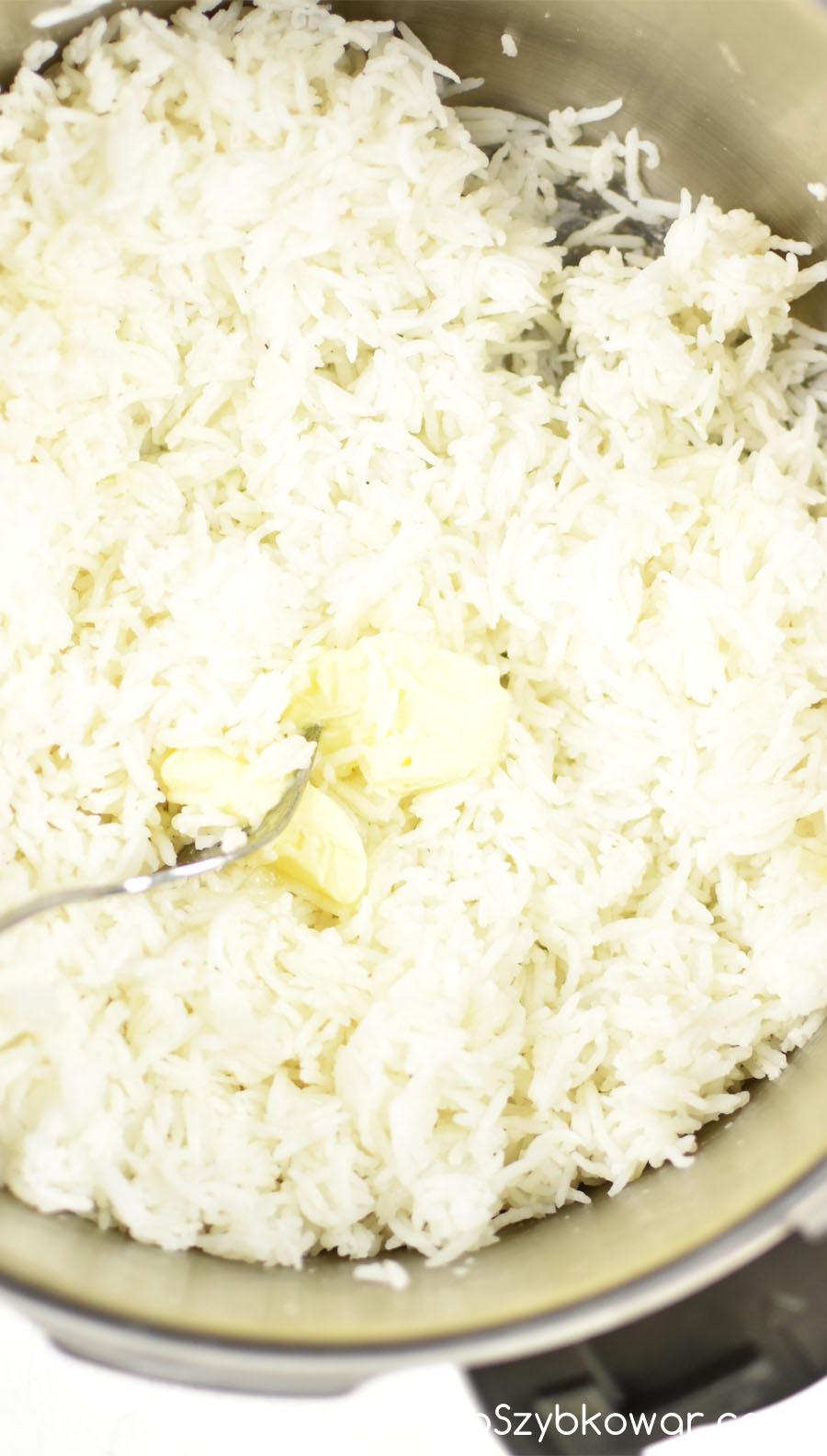 Do ugotowanego ryżu dodaj kawałek masła lub innego ulubionego tłuszczu i wymieszaj widelcem.