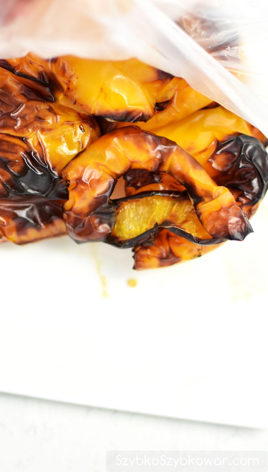Natychmiast po upieczeniu,gorącą paprykę przełóż do woreczka foliowego