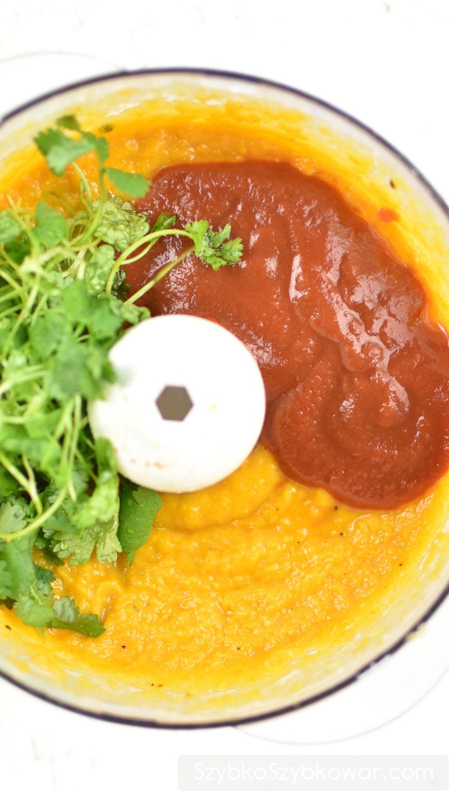 Na koniec dorzucam pomidory i zioło, doprawiam do smaku.