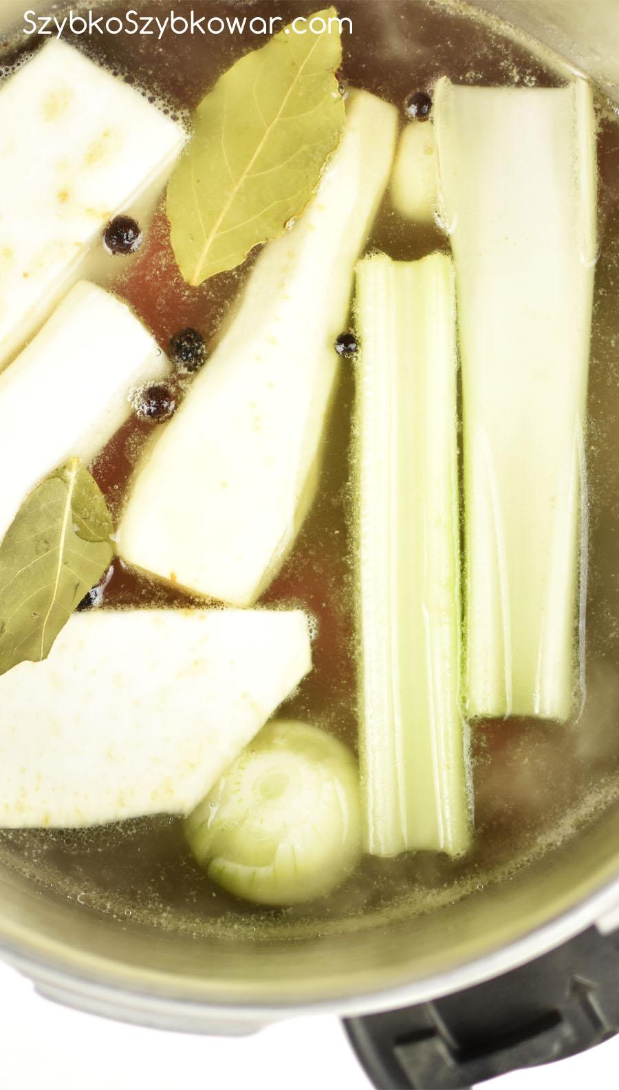 Żeberka po odszumowaniu i dodaniu wszystkich warzyw i przypraw.