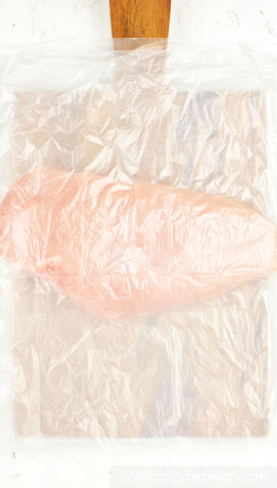 Ułóż na wierzchu filetu drobiowego woreczek foliowy. Od tego momentu nie dotykaj filetu bezpośrednio dłonią.