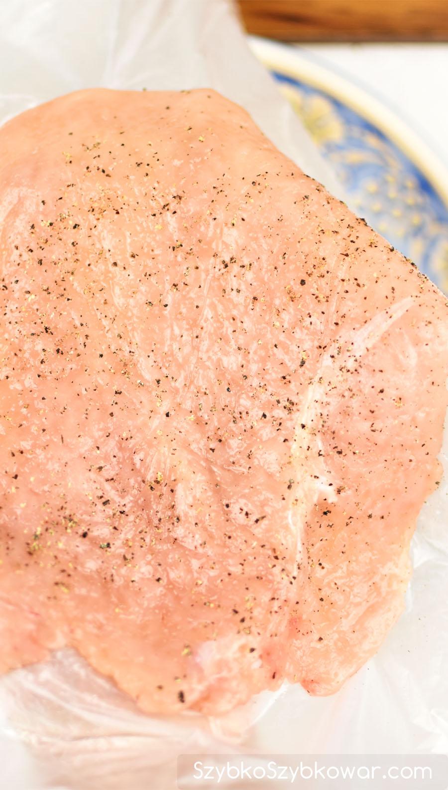 Podnieś filet drobiowy i z pomocą woreczka przełóż go na talerz. Pamiętaj, aby w ogóle nie dotykać go dłońmi. W identyczny sposób postępuj z pozostałymi filetami drobiowymi.
