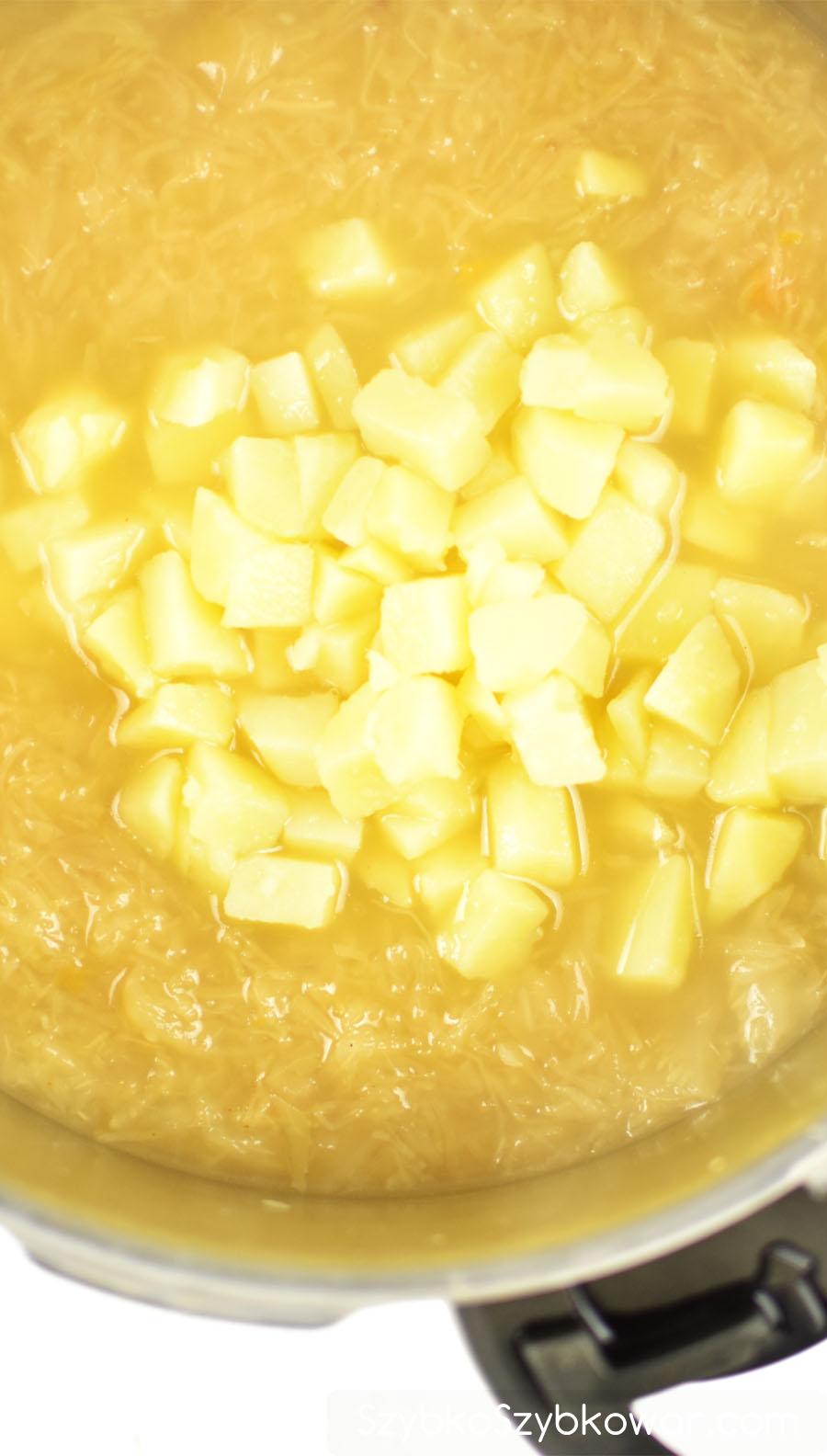 Do ugotowanej kapusty w wywarze dodaj ziemniaki i ...