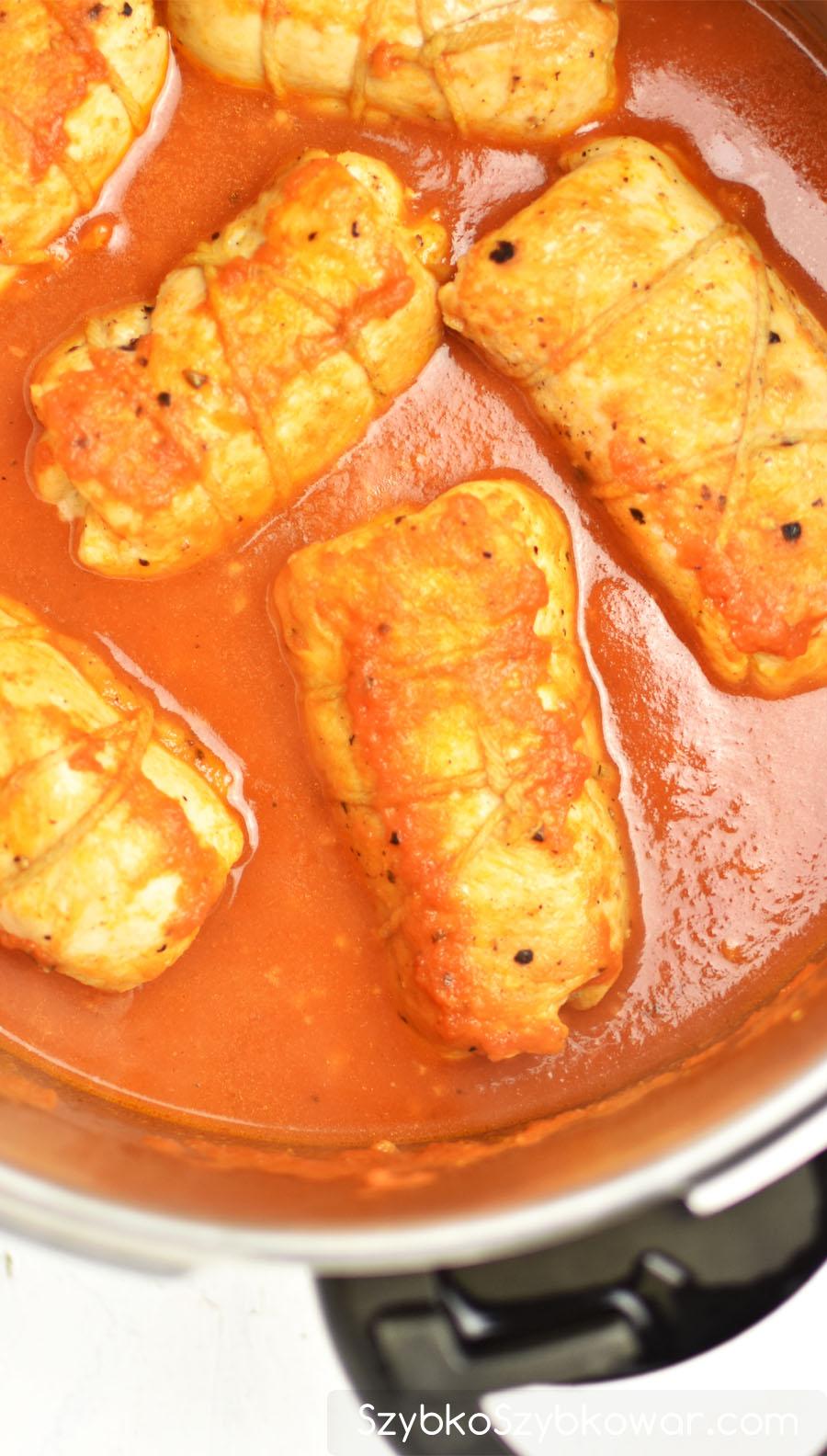 Rolady po ugotowaniu w sosie pomidorowym.