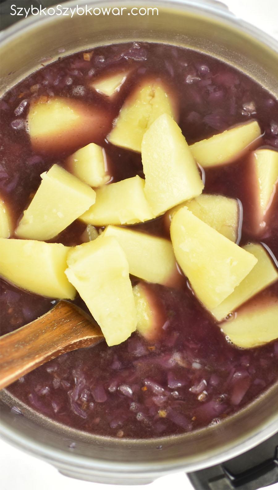Na koniec dodaj ugotowane ziemniaki - pokrojone w kostkę lub ćwiartki (ja dałam takie i takie). Całość wymieszaj.