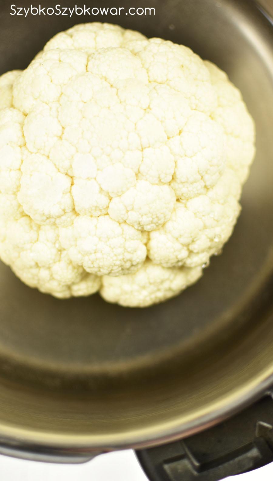 Główka kalafiora przed gotowaniem.