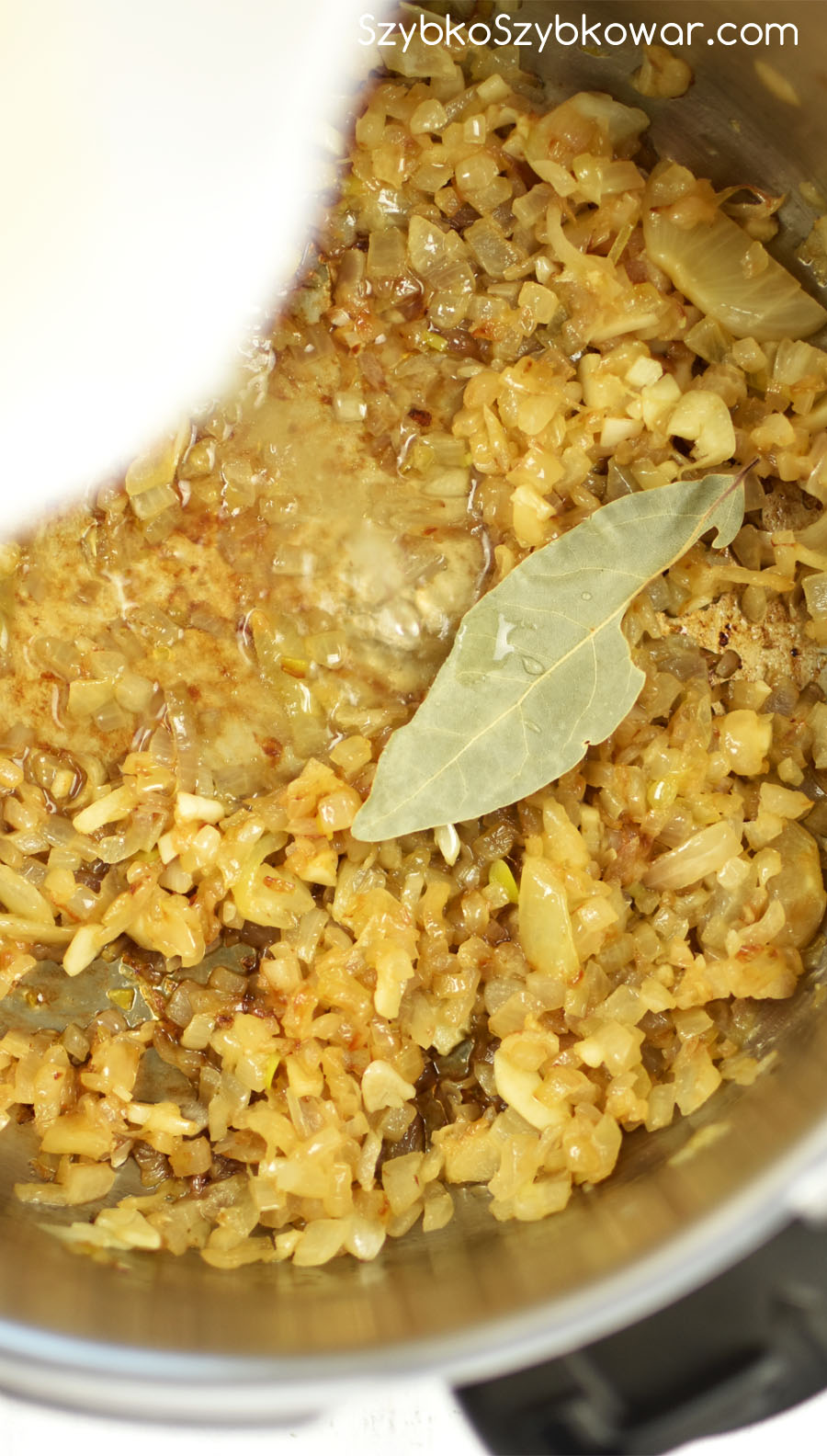 Do cebuli dodaj listek laurowy i wywar z gotowania kapisty.