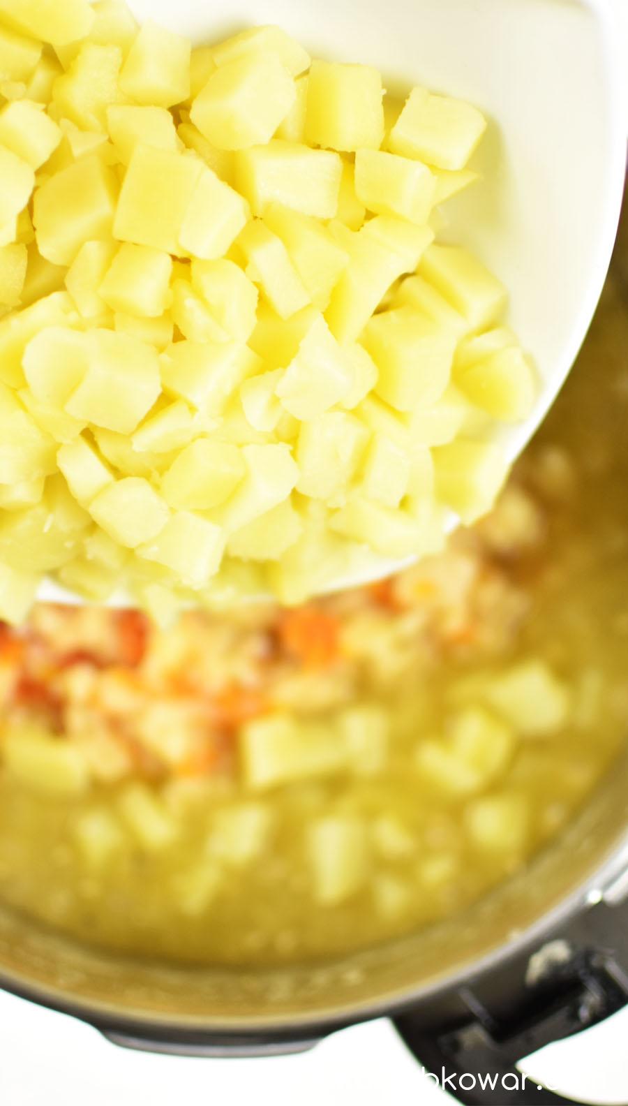 Następnie dodaj ugotowane ziemniaki wraz z wywarem, w którym się gotowały.