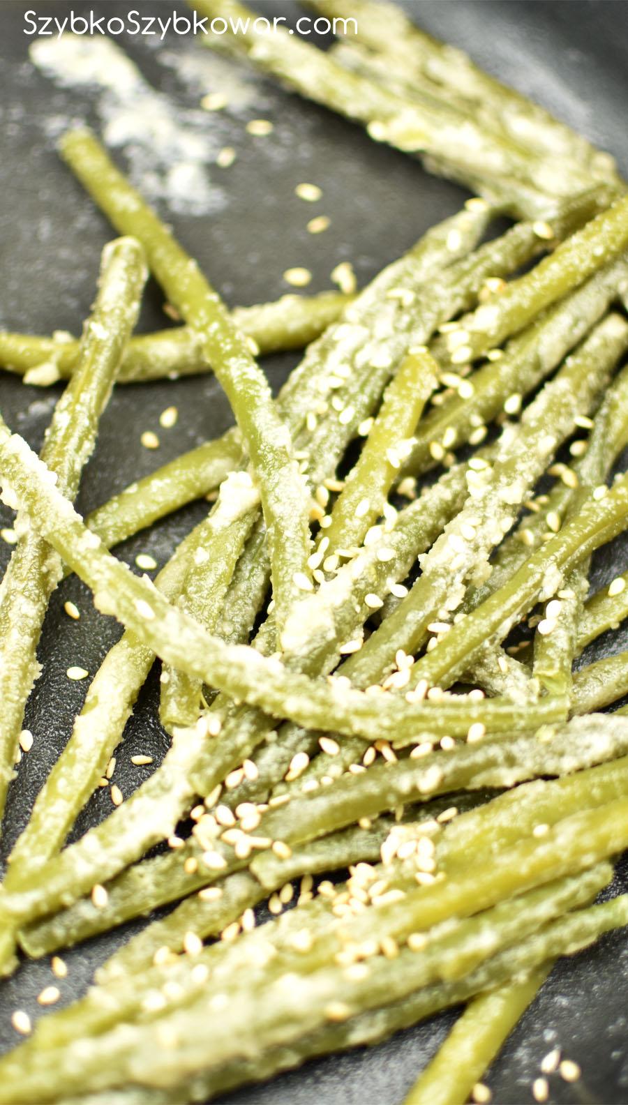 Posyp całość niedużą ilością sezamu - potrząsaj patelnią, aby sezam obtoczył fasolki.