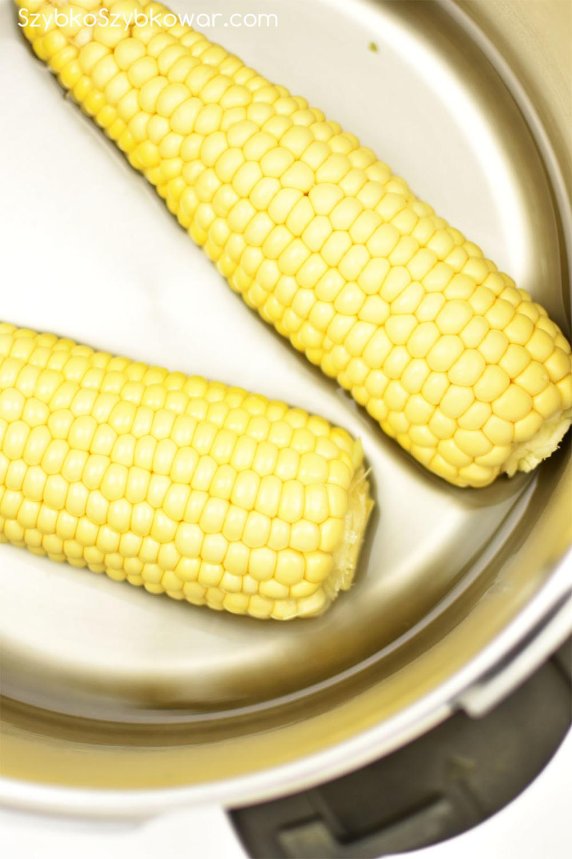 Kolby kukurydzy przed gotowaniem.