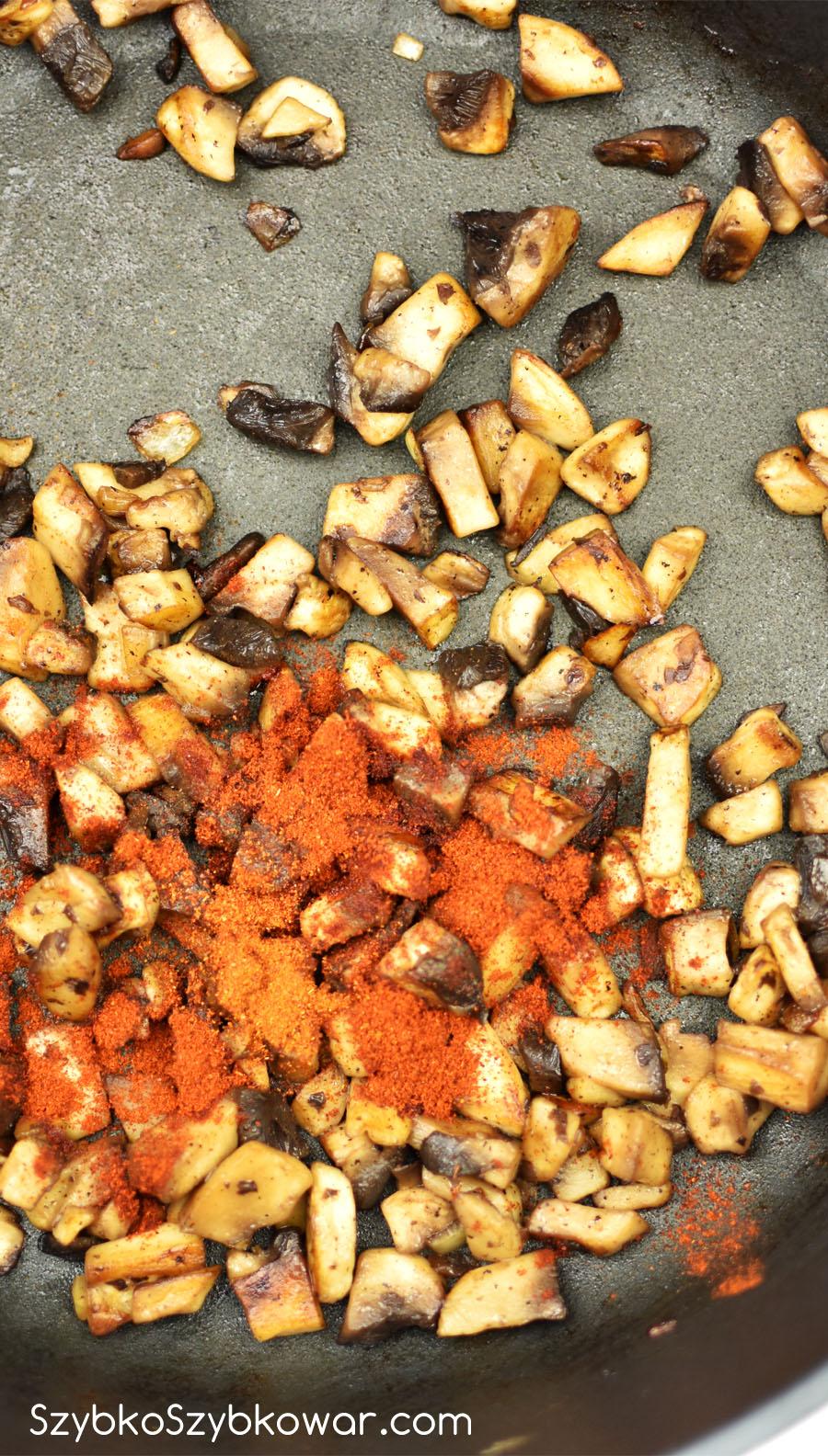 Papryka słodka i ostra dodana do podsmażonych pieczarek.