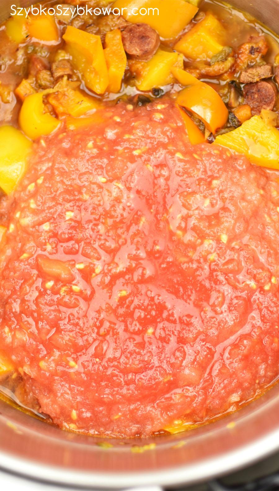 Dodany cukier oraz starte pomidory.