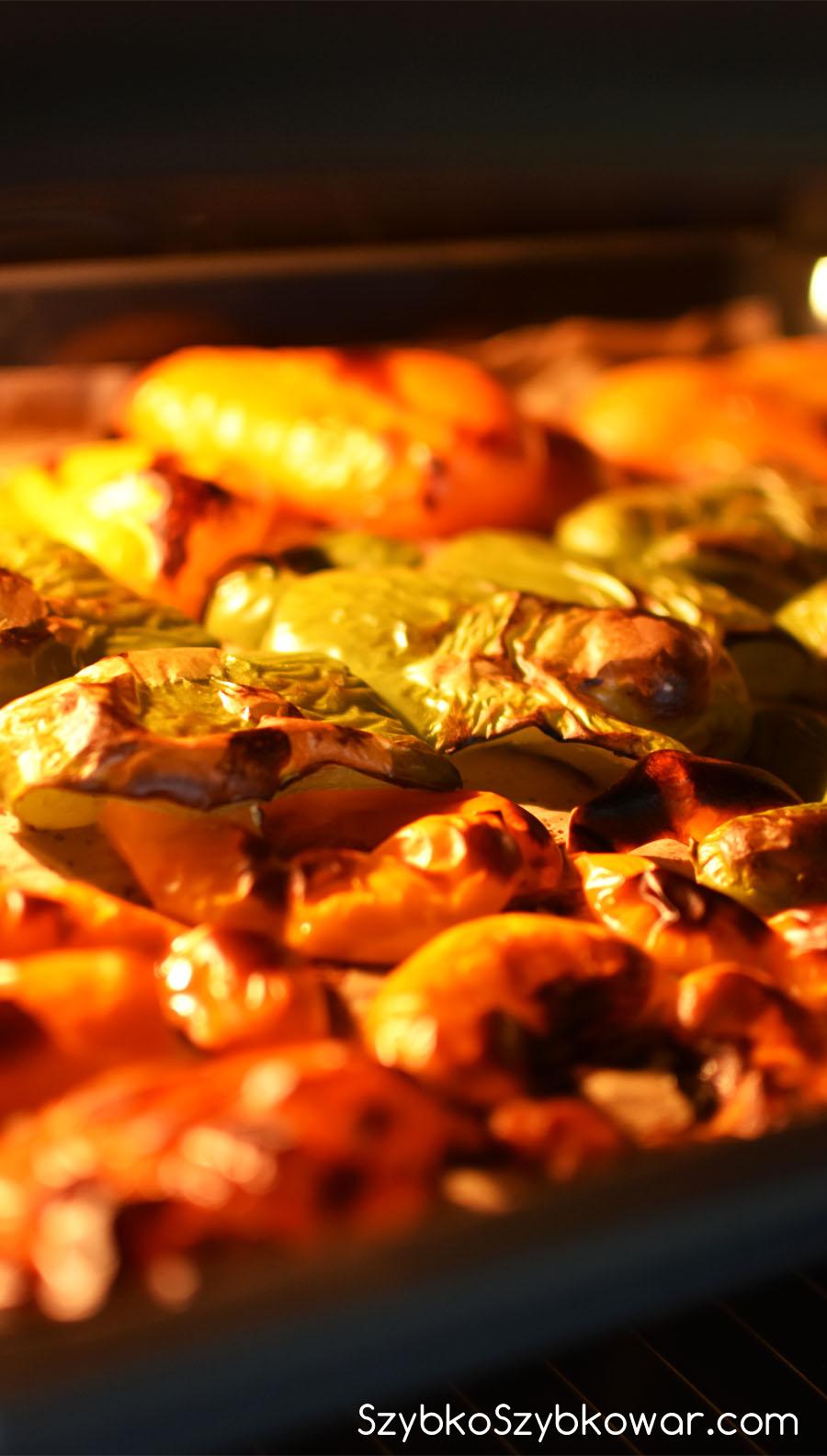 Papryki w piekarniku w trakcie pieczenia.