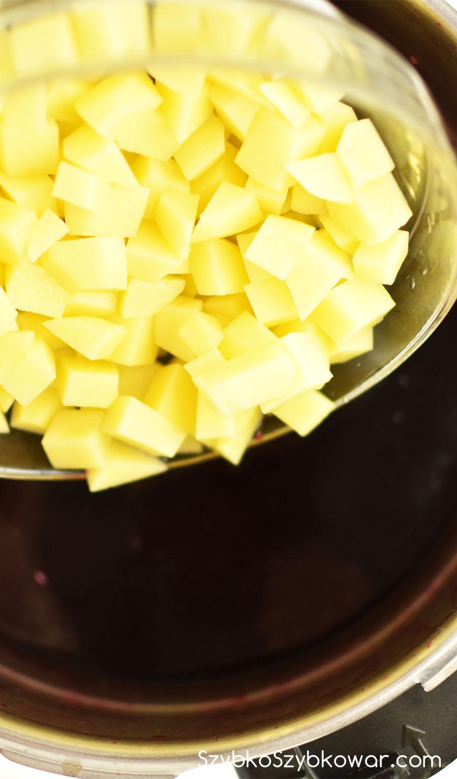 Do ugotowanych buraczków dodaj ziemniaki - przed Zupa Etap II.