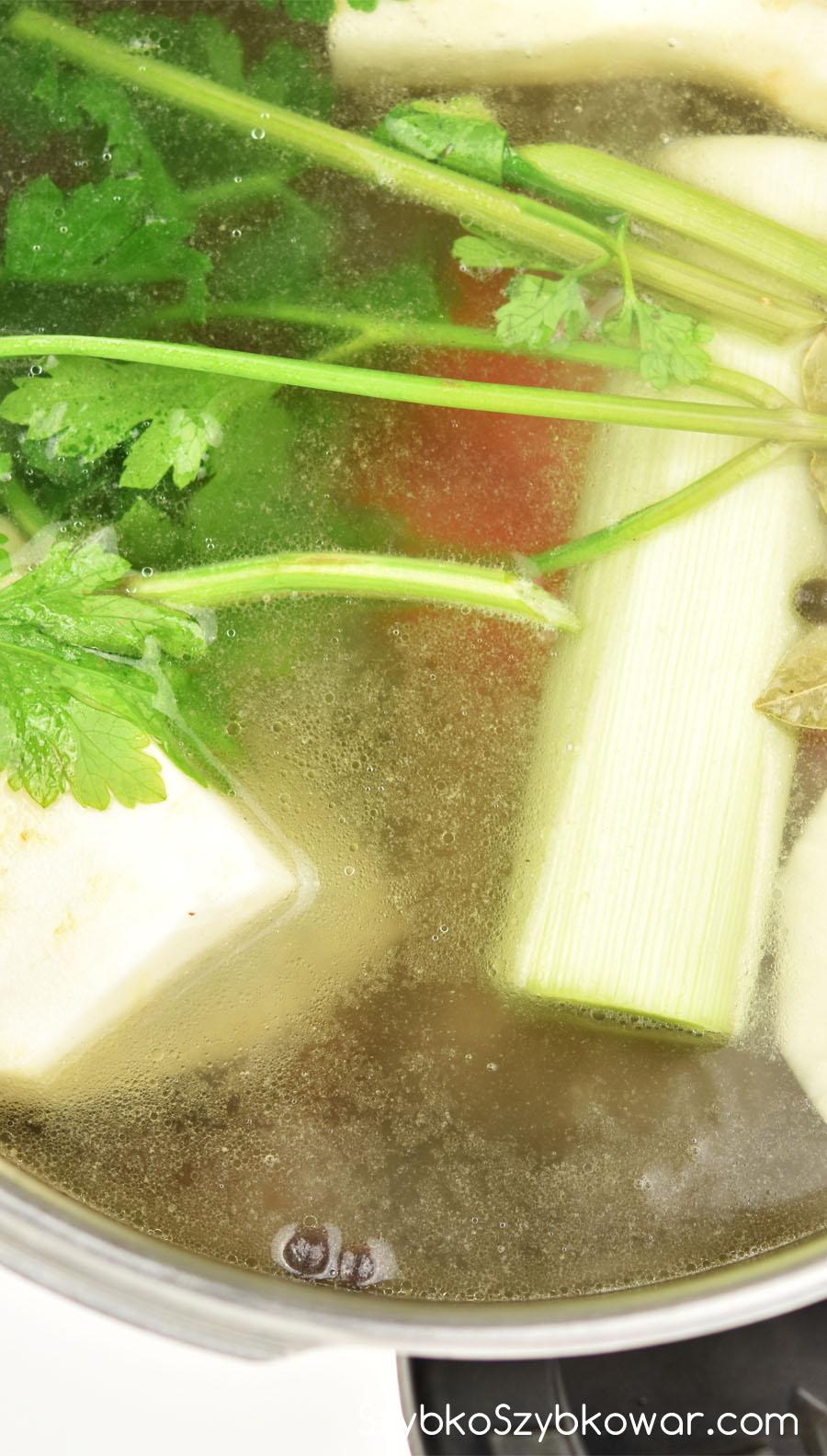 Warzywa dodane po usunięciu szumowin.